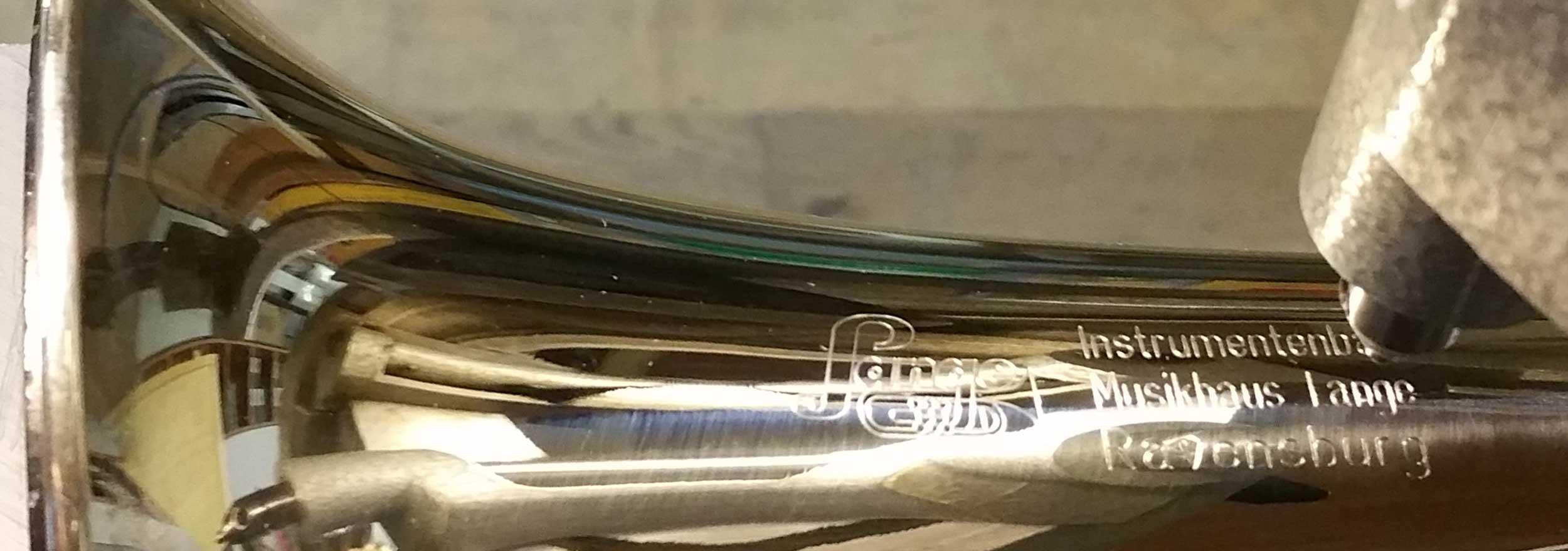 Handgravur auf Musikinstrument